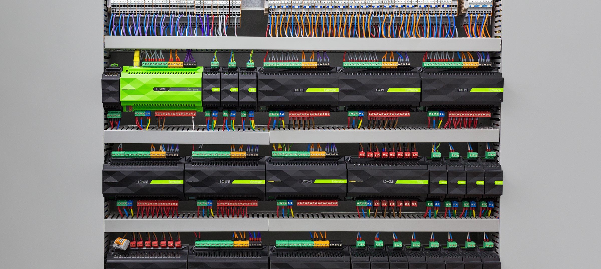 Fotografie Loxone Miniserveru a mnoho extensionů v rozvaděči