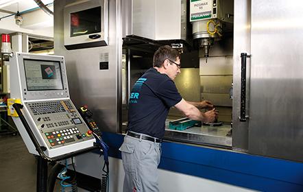 Pracovník u CNC stroje