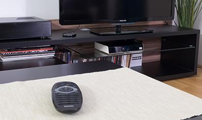Dálkový ovladač na stole