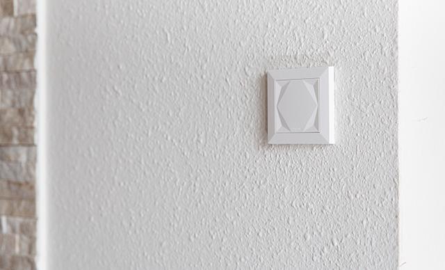 ovládací panel na stěně