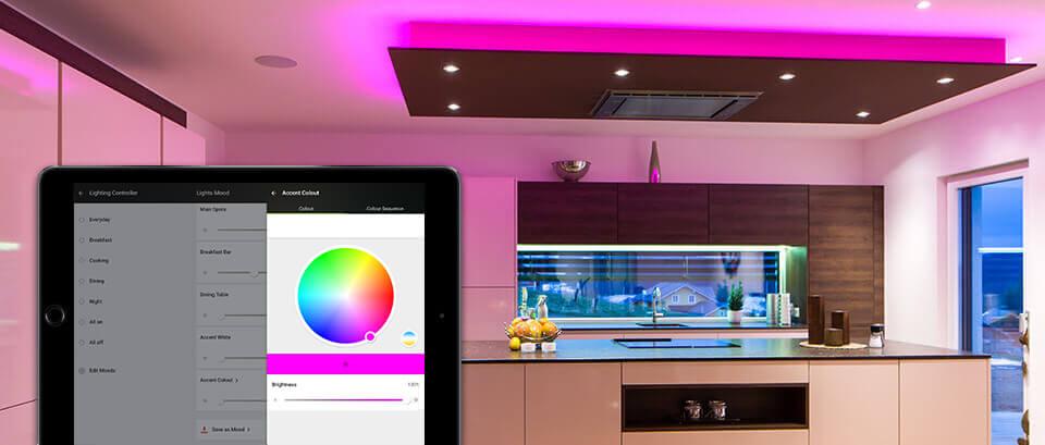 barevné osvětlení v kuchyni a obývacím pokoji
