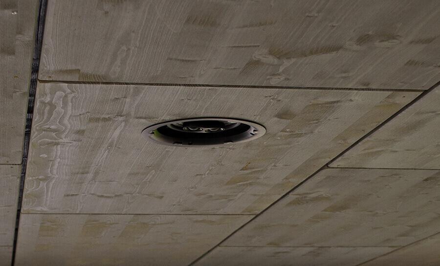 Reproduktor na terase, zabudovaný ve stropě