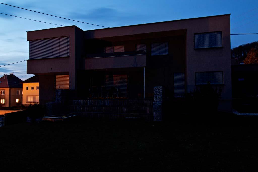 dům v nočním režimu