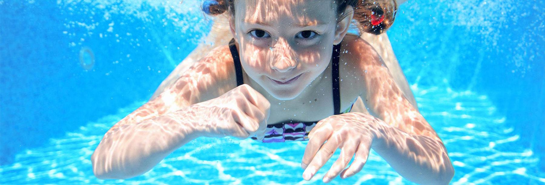 holčička potápějící se v bazénu