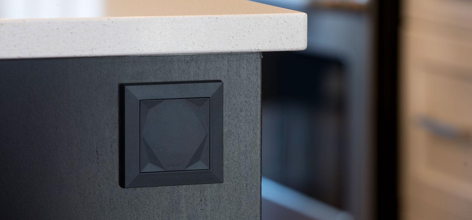 Loxone Touch zabudovaný ve stole