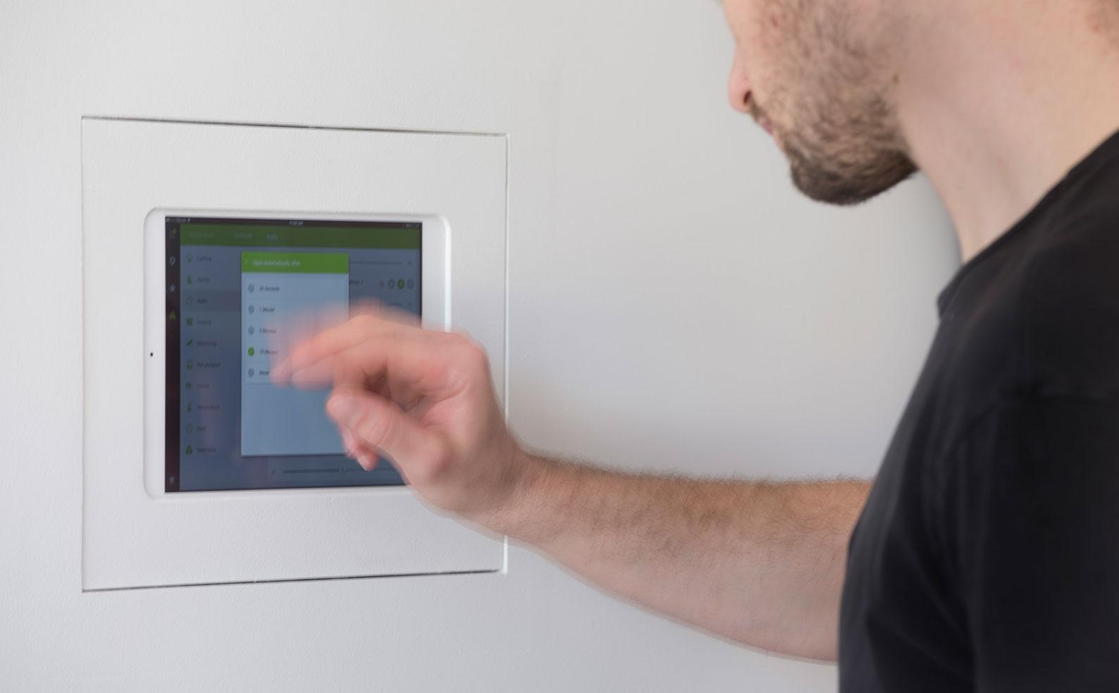 ovládání muziky pomocí Loxone App a tabletu na stěně