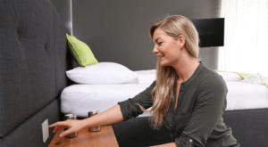 blondýna ovládá smart home