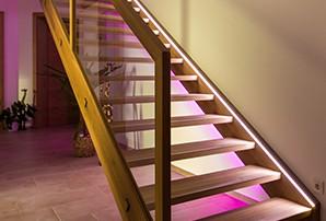 podsvícené schodiště v chodbě v referenčním projektu Sky Home