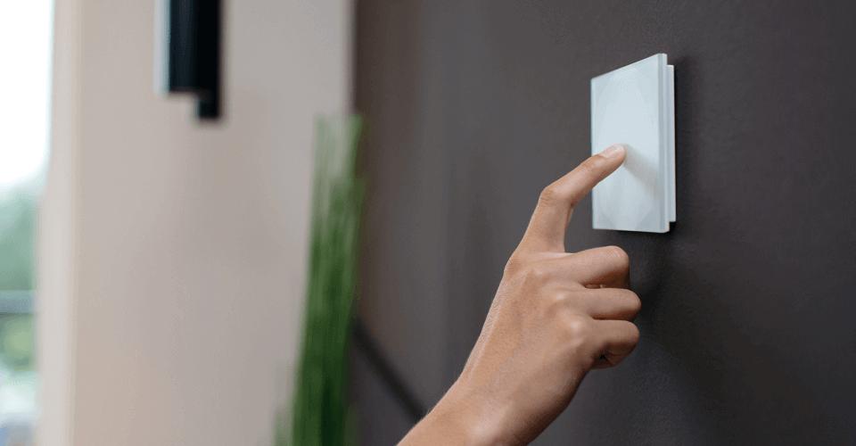 Dotykový vypínač Loxone na stěně