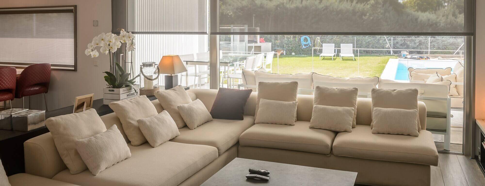 Velký gauč a výhled na zahradu
