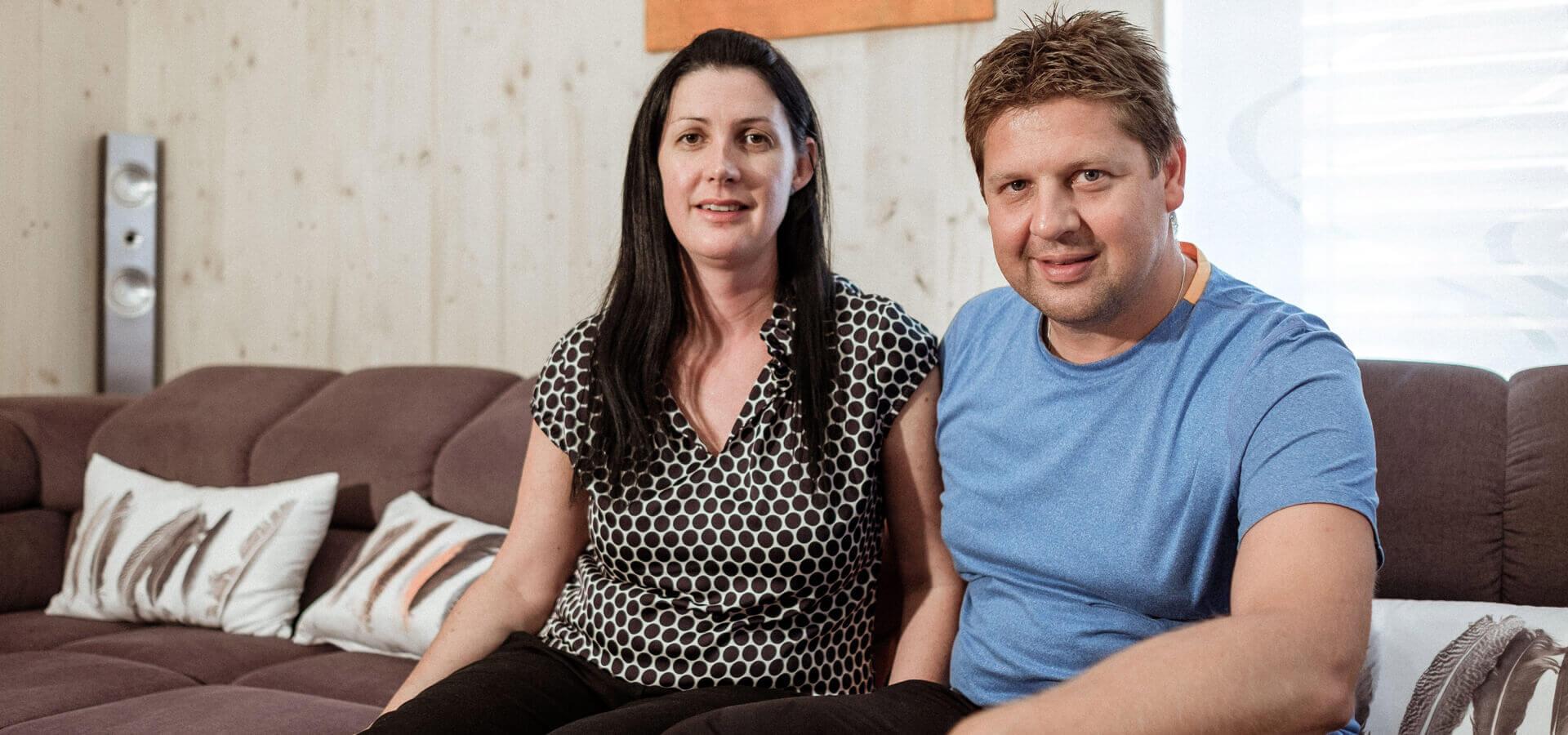 Petra a Jürgen na pohovce ve svém bytě