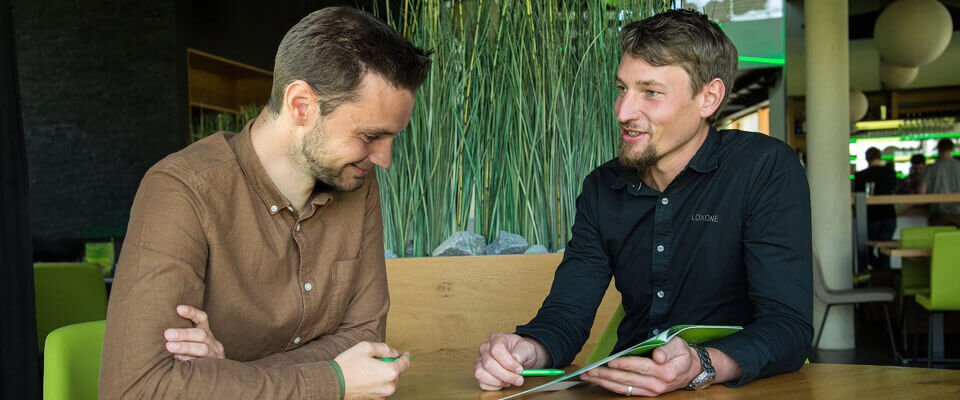 dva muži plánují chytrý dům