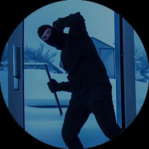 zloděj s páčidlem u prosklených dveří