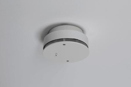 detektor kouře na stropě