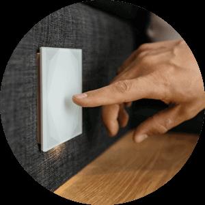 prst se dotýká skleněného vypínače