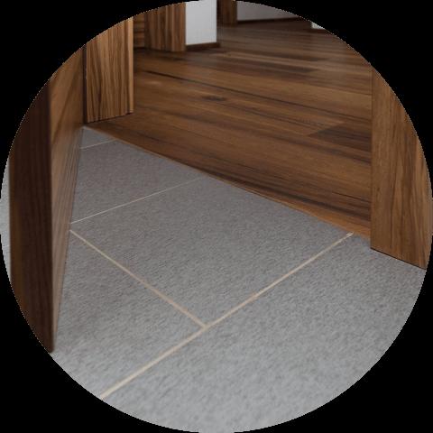 místo, kde končí dlažba a začíná dřevěná podlaha