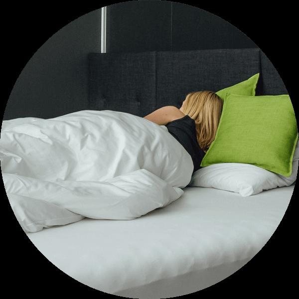 žena spící v posteli