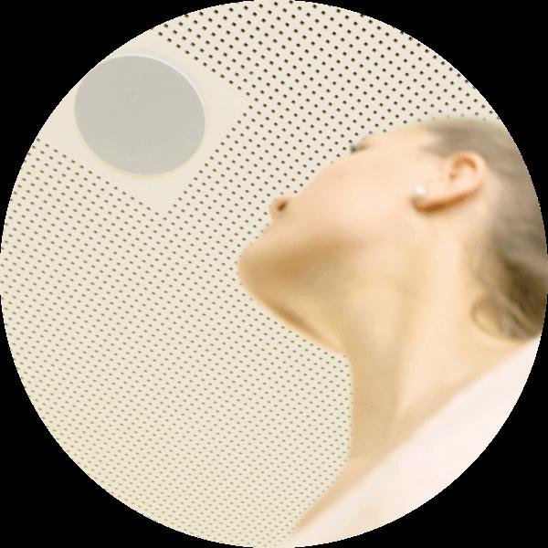 žena se dívá na stropní reproduktor