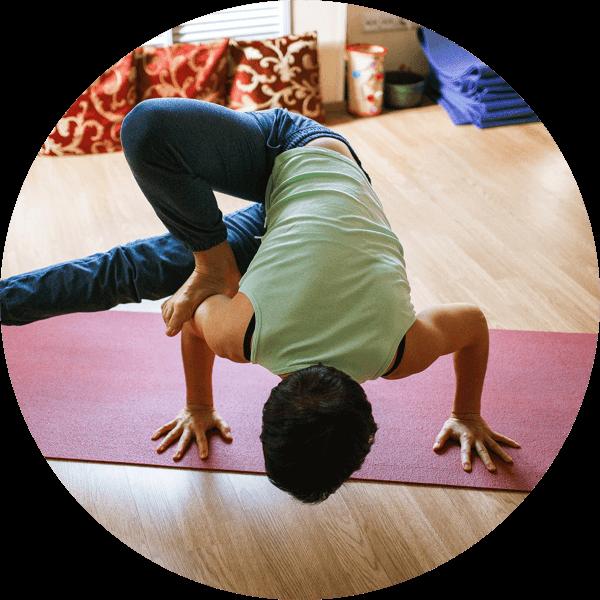 člověk cvičící jógu