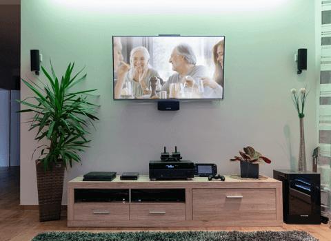 televizor s připojeným sound systémem, přehrávačem a herní konzolí