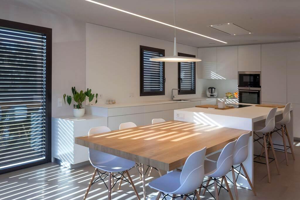 kuchyně s jídelnou s žaluziemi na oknech