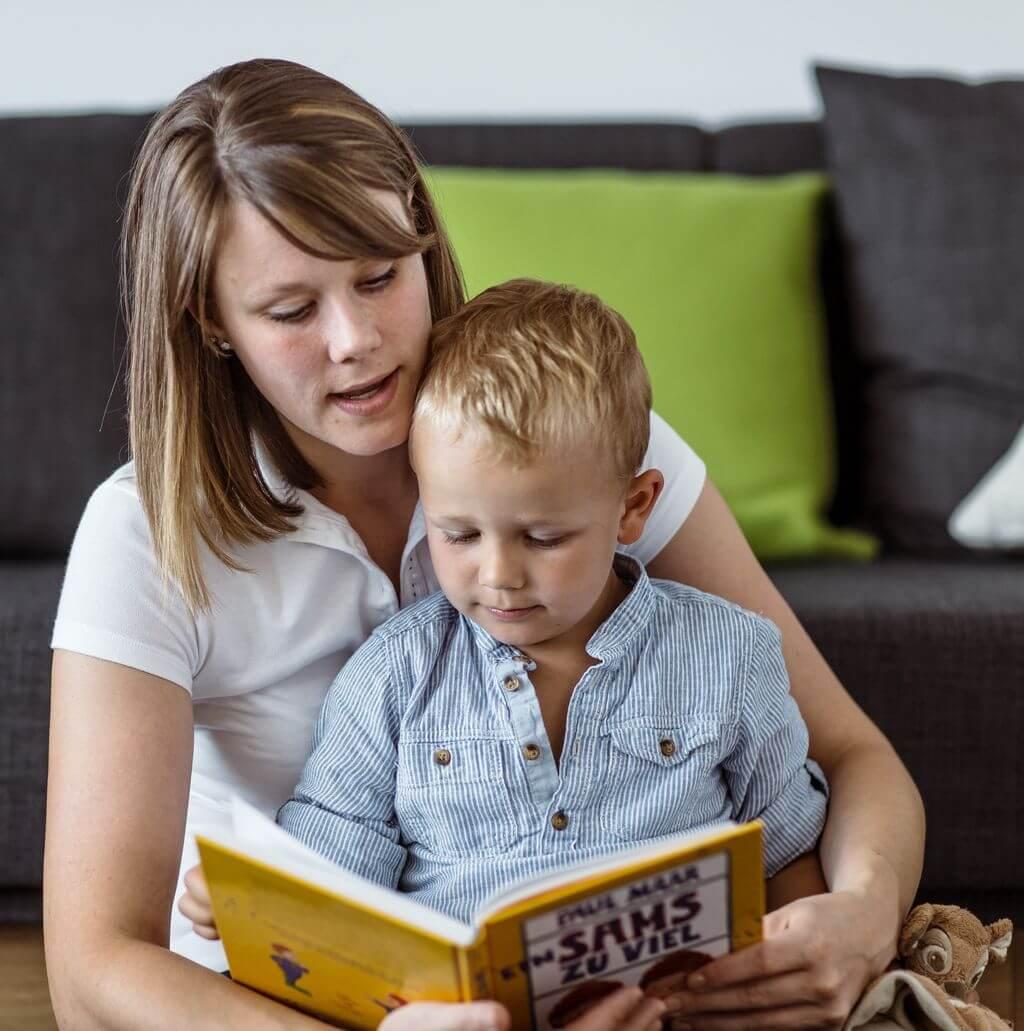 matka čte synovi pohádky