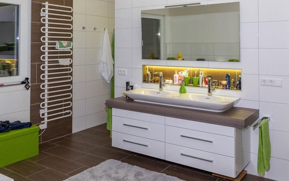 koupelna kombinující žebřík a podlahové vytápění - příklad kritického místa vytápění domu