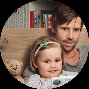 Otec si čte knihu s dcerou