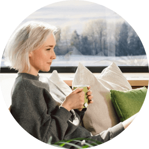 Žena pijící čaj u okna
