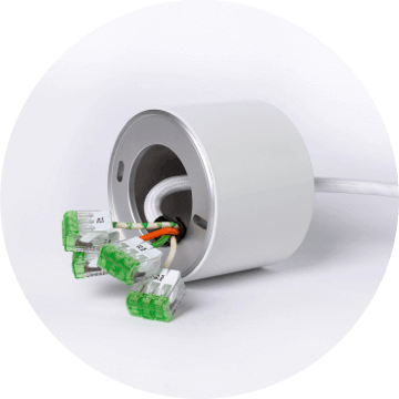 Biały dimmer z wystającymi kablami