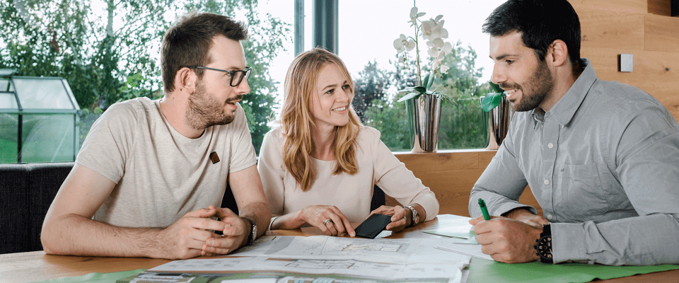Pár konzultuje projekt s Loxone partnerem