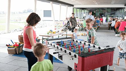 venkovní prostor sídla firmy loxone určený pro akce, relaxaci i zábavu