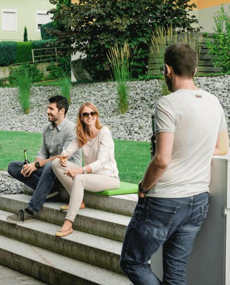 Skupina přátel na terase