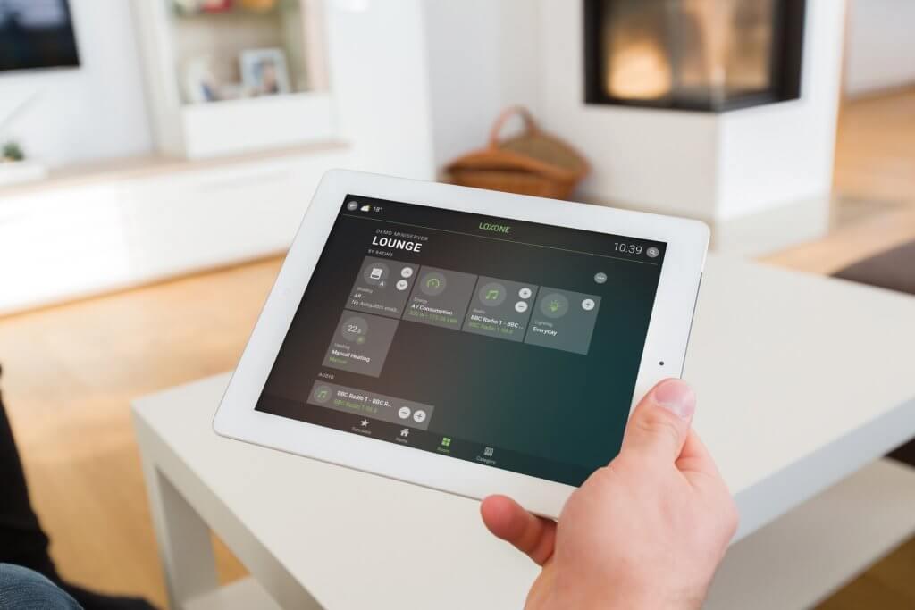 Tablet jako alternativa pro složité ovládání, která pozitivně ovlivní, kolik stojí chytrý dům.