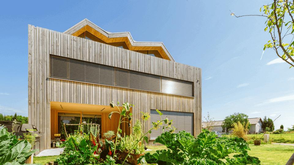 Moderní dřevostavba s inteligentními žaluziemi
