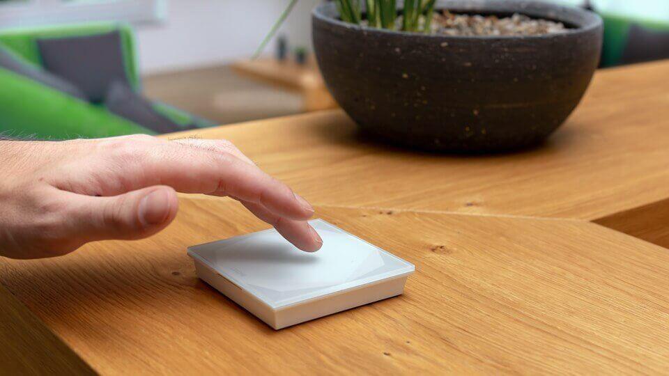 bezdrátové dotykové tlačítko Touch Pure na stole