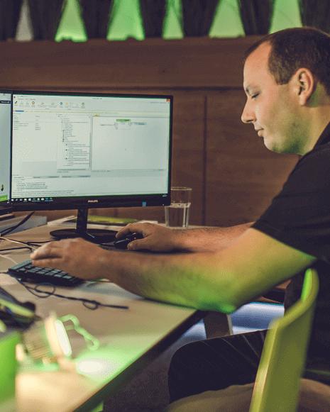 Programátor pracuje v softwaru Loxone Config