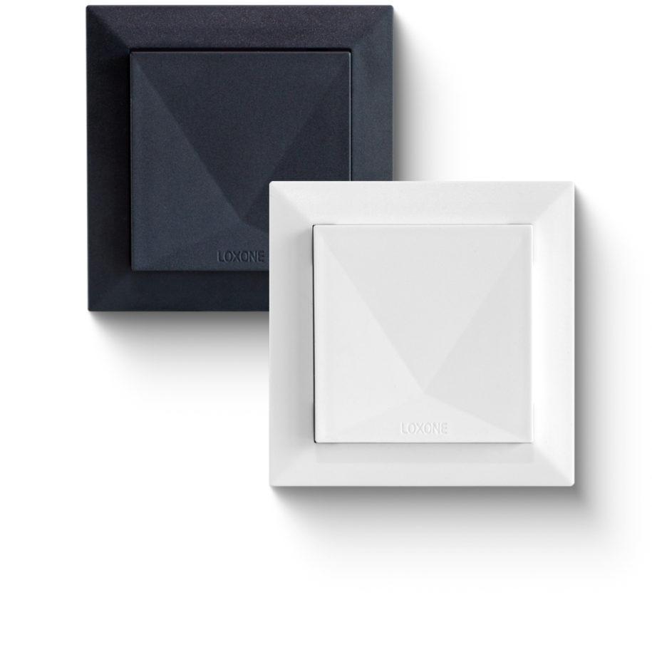 Komfortní senzor Tree od Loxone, zde v bílé i černé variantě