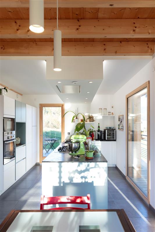 Jasně osvětlená kuchyň
