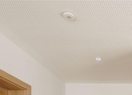 Bílý strop se dvěma senzory