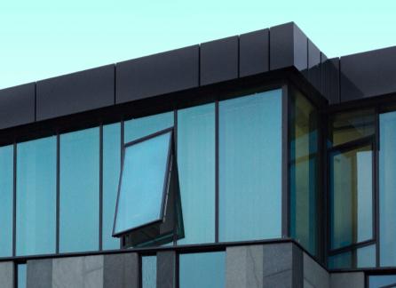 Skleněná budova s otevřeným oknem