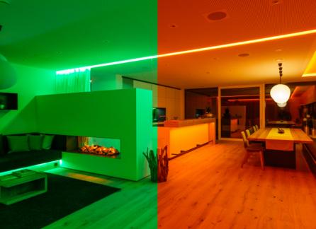 Velký pokoj rozdělený na polovinu. Levá strana je zelená a pravá strana oranžová.