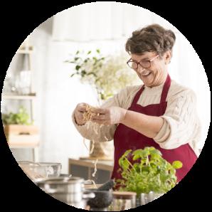 Seniorka v kuchyni