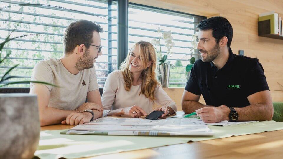 Budoucí majitelé konzultují inteligentní elektroinstalaci