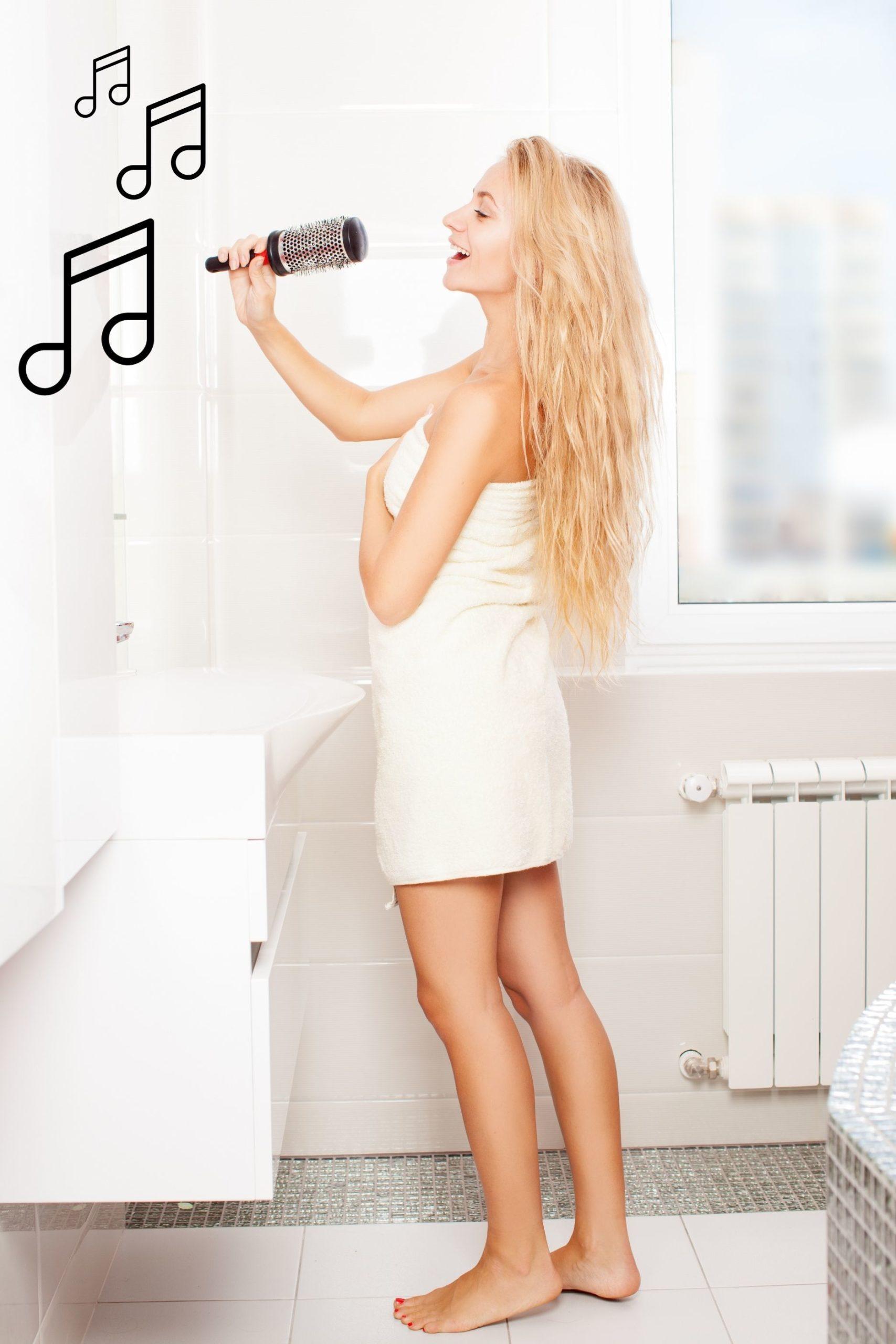 Žena zpívá v koupelně