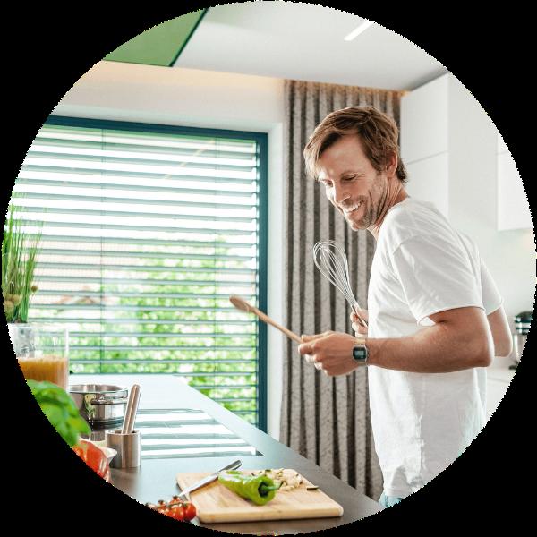 Muž vařící v kuchyni