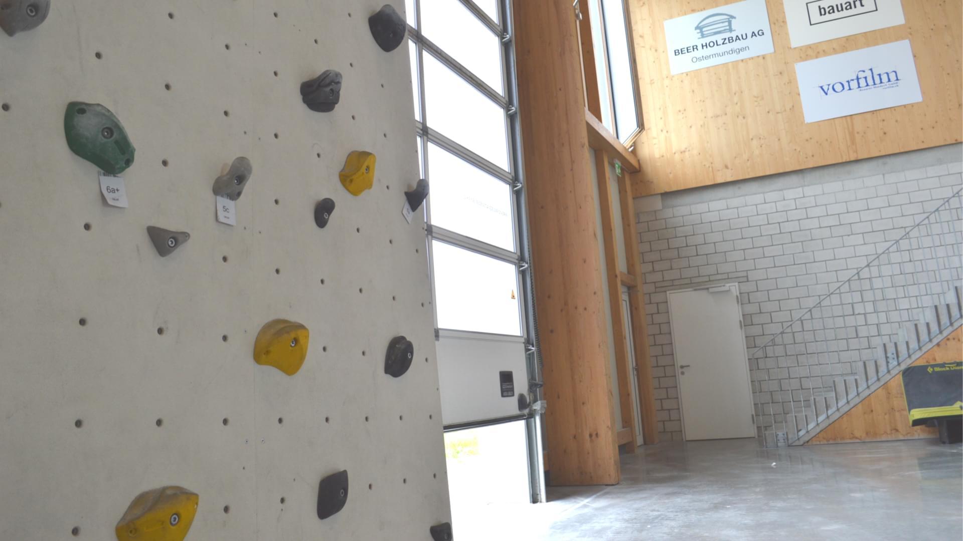 Úchyty na držení v lezecké hale