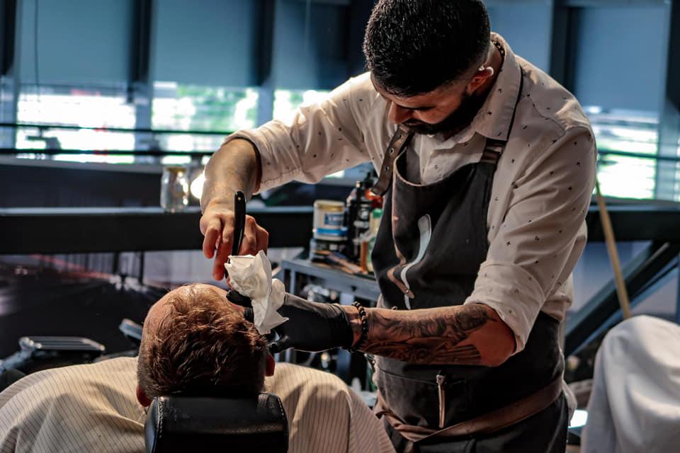 Barber upravuje zákazníka
