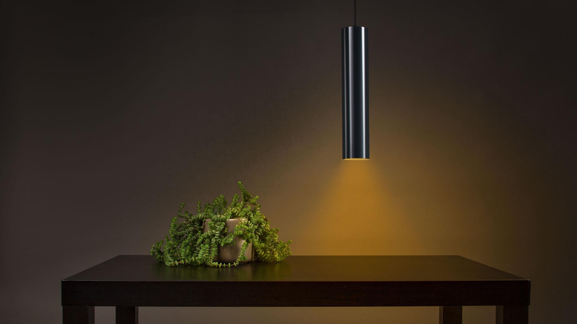 Osvětlený stůl závěsným světlem
