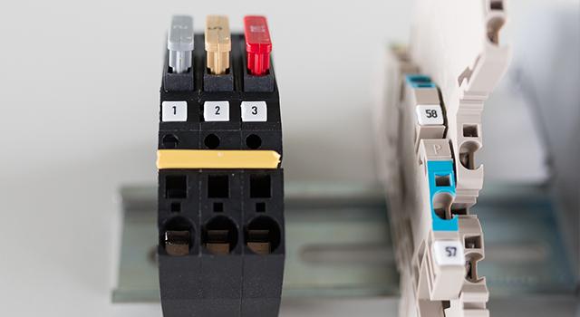 Klemmenmarkierer für eine saubere Dokumentation der Funktionen einzelner Klemmen